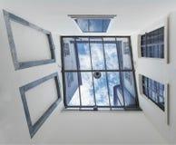 Patio rodeado por las paredes blancas con vistas al cielo Fotos de archivo libres de regalías