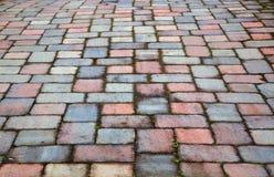 Patio rojo y azul de la pavimentadora Fotos de archivo