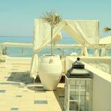 Patio romántico con la opinión del mar, Grecia fotos de archivo