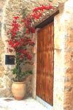 Patio rustique avec le pot de fleurs et la bouganvillée dans Deia, Majorque, Espagne Image stock