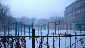 Patio severo en la niebla de la escuela vieja almacen de video
