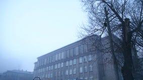 Patio severo en la niebla de la escuela vieja almacen de metraje de vídeo