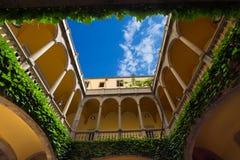 Patio típico en Barcelona España Fotos de archivo