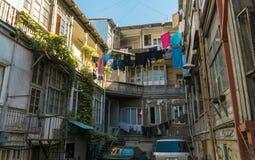 Patio típico en el corazón de la ciudad vieja Tbilisi, Georgia Foto de archivo