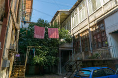Patio típico en el corazón de la ciudad vieja Tbilisi, Georgia Imagen de archivo libre de regalías