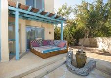 Patio teren z kanapą i stołem przy luksusowym tropikalnym wakacyjnym vill Zdjęcia Stock