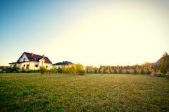 Patio trasero con la hierba verde y el cielo Fotografía de archivo libre de regalías