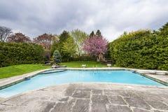 Patio trasero con la piscina Fotografía de archivo
