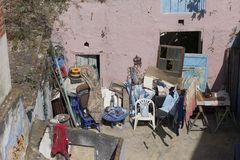 Patio trasero con muebles viejos y diversas cosas en Asilah en Moro fotos de archivo libres de regalías