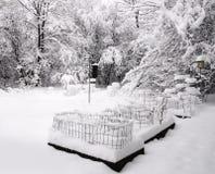 Patio trasero cubierto con nieve Imagen de archivo libre de regalías