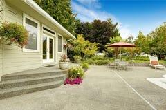 Patio trasero de la casa con la tabla de patio Propiedades inmobiliarias de la manera federal, imagenes de archivo