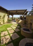 Patio trasero del hogar de la mansión del desierto Foto de archivo libre de regalías