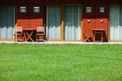 Patio trasero del hotel con las sillas y las tablas Fotografía de archivo