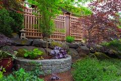 Patio trasero del jardín que ajardina con el enrejado de madera fotografía de archivo libre de regalías