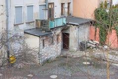 Patio trasero descuidado, Jelenia Gora, Polonia Foto de archivo libre de regalías