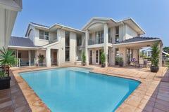 Patio trasero hermoso con la piscina en la mansión australiana Imagen de archivo