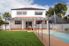 Patio trasero moderno con la piscina Fotografía de archivo libre de regalías