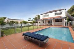 Patio trasero moderno con la piscina Fotos de archivo