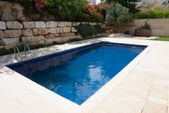 Patio trasero moderno con la piscina Imagen de archivo