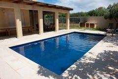 Patio trasero moderno con la piscina Imagenes de archivo