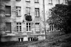 Patio trasero residencial de Gdansk Mirada artística en blanco y negro Imagen de archivo libre de regalías