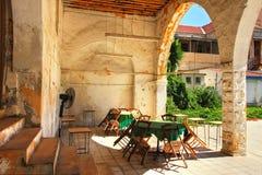 Patio trasero viejo de Larnaca. Imagen de archivo libre de regalías