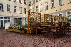 Patio trasero y café al aire libre en Berlín Imagenes de archivo