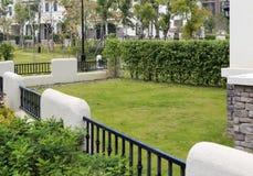 patio trasero y prado de la casa del Español-estilo Fotografía de archivo libre de regalías