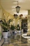 Patio tropical del hotel del complejo playero Imagenes de archivo