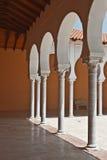 Patio und abgedeckter Säulengang in der spanischen Art. lizenzfreie stockfotos