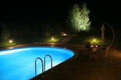Patio und Pool durch Night-2 Stockfotos