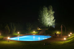 Patio und Pool durch Night-3 Stockfotografie