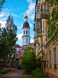 Patio urbano con las vistas del campanario Foto de archivo libre de regalías