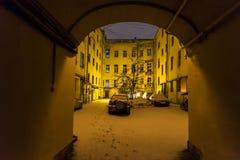 patio urbano a St Petersburg in precipitazioni nevose di notte Fotografie Stock