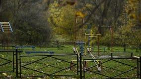 Patio vacío en el parque del otoño almacen de metraje de vídeo