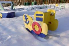 Patio vacío para los niños en un día de invierno nevoso escarchado cubierto con nieve sin la gente Patio ruso Militar marítimo stock de ilustración