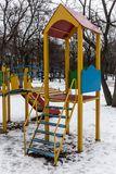 Patio vacío viejo de los niños en invierno imágenes de archivo libres de regalías