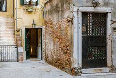Patio viejo con la puerta adornada en una calle estrecha en Venecia Ital Fotografía de archivo libre de regalías