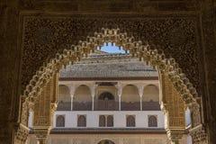 Patio y arco del palacio de Alhambra imagenes de archivo