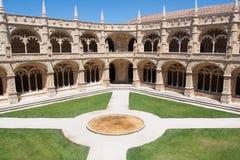 Patio y jardines internos del monasterio de Jeronimos Fotografía de archivo