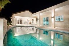 Patio y piscina exteriores Foto de archivo libre de regalías