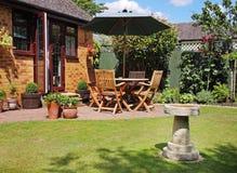 Patiobereich eines englischen Gartens Lizenzfreies Stockfoto