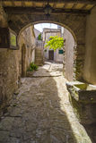 Patios traseros arqueados sicilianos tradicionales en la ciudad medieval de Erice Foto de archivo libre de regalías