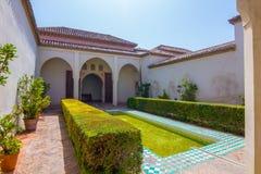Patios y jardines del palacio famoso del Alcazaba en M foto de archivo libre de regalías