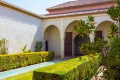 Patios y jardines del palacio famoso del Alcazaba en M imagen de archivo