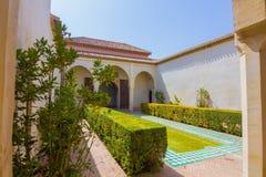 Patios y jardines del palacio famoso del Alcazaba en M imagenes de archivo