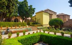 Patios y jardines del palacio famoso del Alcazaba en M imagen de archivo libre de regalías
