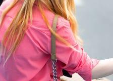 Patka od torby wiesza na dziewczyny ` s ramieniu zdjęcie royalty free