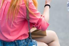 Patka od torby wiesza na dziewczyny ` s ramieniu fotografia royalty free