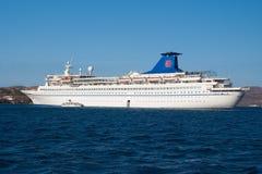 Patmos, Griekenland - April 19, 2010: cruiseschip of voering in blauwe overzees Passagiersschip op zonnige hemel De zomervakantie Stock Foto